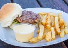 Hamburger mit Pommes-Frites und Soße Stockfoto