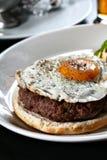 Hamburger mit Spiegelei stockfoto