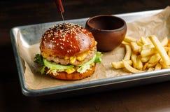Hamburger mit Taverne Lügen auf Aluminiumgießwannen Lizenzfreie Stockfotografie