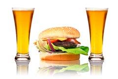 Hamburger mit zwei Bieren Lizenzfreie Stockbilder