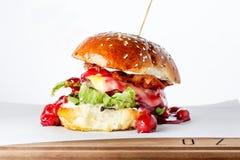 Hamburger moderne sur le fond blanc Photo libre de droits