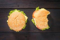 Hamburger mordu délicieux sur le fond en bois, tir de vue supérieure images libres de droits