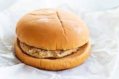 hamburger na białym papierze Zdjęcia Stock