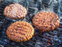 Hamburger na grade imagens de stock royalty free