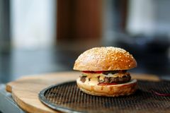 Hamburger na grillu dla sma?y? w kuchni kawiarnia obrazy stock
