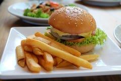 Hamburger na naczyniu przygotowywającym jeść Fotografia Stock