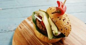 Hamburger na placa de madeira video estoque