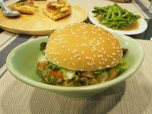 Hamburger na planta Imagens de Stock Royalty Free