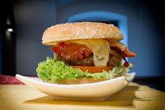 Hamburger na talerzu Zdjęcia Stock