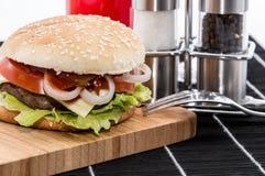 Hamburger na tnącej desce zdjęcie royalty free