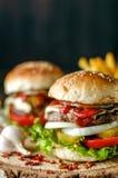 Hamburger na wieśniaka stole Obraz Royalty Free