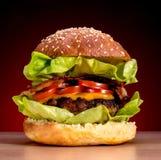 Hamburger no fundo vermelho do inclinação Fotografia de Stock