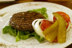 Hamburger no prato Fotos de Stock Royalty Free