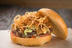 Hamburger o hamburger casalingo del formaggio fotografia stock libera da diritti