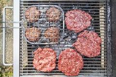Hamburger op de grill Stock Foto
