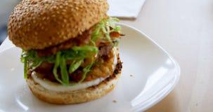 Hamburger op de lijst in cafetaria 4k stock footage