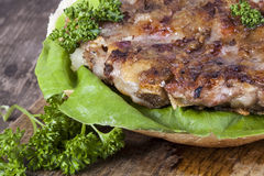 Hamburger op een broodje met slaclose-up Royalty-vrije Stock Afbeeldingen