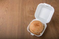 Hamburger op houten Stock Foto's
