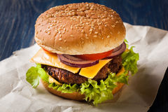 Hamburger op papier Stock Foto's