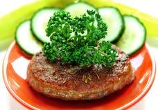Hamburger op rode plaat royalty-vrije stock foto
