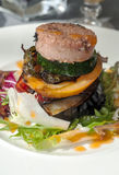 Hamburger op sommige groenten Royalty-vrije Stock Foto's