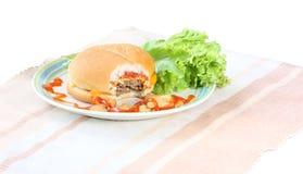 Hamburger op wit wordt geïsoleerd dat Royalty-vrije Stock Afbeeldingen