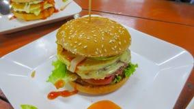 Hamburger op witte plaat stock afbeeldingen