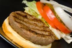 Hamburger op Zwarte Stock Afbeelding