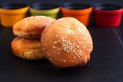 Hamburger organico casalingo del panino di concetto dell'alimento sul piatto nero dell'ardesia Immagine Stock Libera da Diritti
