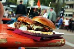 Hamburger organico sul festival dell'alimento della via a disposizione La carne di maiale o l'hamburger tirata è venduto sull'eve immagine stock libera da diritti