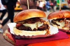 Hamburger organico sul festival dell'alimento della via a disposizione La carne di maiale o l'hamburger tirata è venduto sull'eve immagine stock