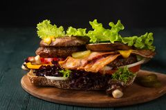 Hamburger ouvert de lard images stock