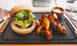 Hamburger parfait de boeuf dans un plein repas photographie stock libre de droits