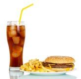Hamburger, patate fritte e vetro di cola isolati su bianco Immagine Stock