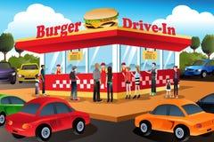 Hamburger pedindo dos povos em um restaurante do Hamburger do cinema ao ar livre Fotografia de Stock Royalty Free
