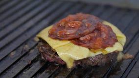 Hamburger podrzucający na kamiennym grillu Narządzanie hamburger zbiory wideo
