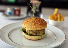 Hamburger premio con la lattuga del formaggio ed il pasto squisito del pomodoro, cucina unica della carne di lusso nel ristorante Fotografie Stock Libere da Diritti