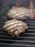 Hamburger que sizzling na grade Imagem de Stock