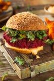 Hamburger rosso al forno sano della barbabietola del vegano fotografia stock libera da diritti