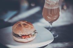 Hamburger saboroso e latte perfumado do café Fotografia de Stock