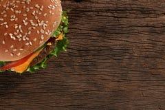 Hamburger saboroso no fundo de madeira Fotografia de Stock