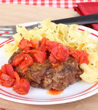 Hamburger salisbury steak E tagliatelle dell'uovo fotografia stock