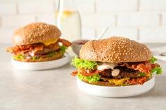 Hamburger saporiti con bacon fotografia stock libera da diritti