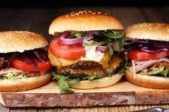 Hamburger saporiti della carne fresca con insalata e formaggio Angus casalingo b fotografia stock libera da diritti
