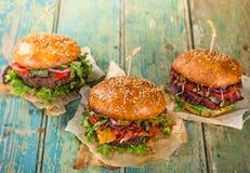 Hamburger saporiti sulla tavola di legno Fotografia Stock