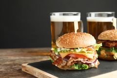 Hamburger saporito con bacon sulla tavola Spazio per testo fotografia stock