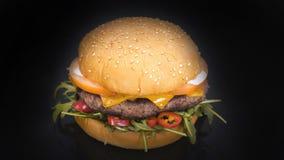 Hamburger saporito con il rucola Immagine Stock