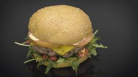 Hamburger saporito con la rotazione di rucola stock footage