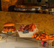 Hamburger saporito con le fritture e un piatto della carne con riso Immagine Stock Libera da Diritti