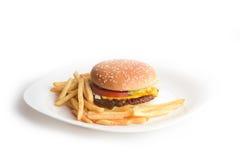 Hamburger saporito fresco con le fritture su un piatto bianco Fotografia Stock